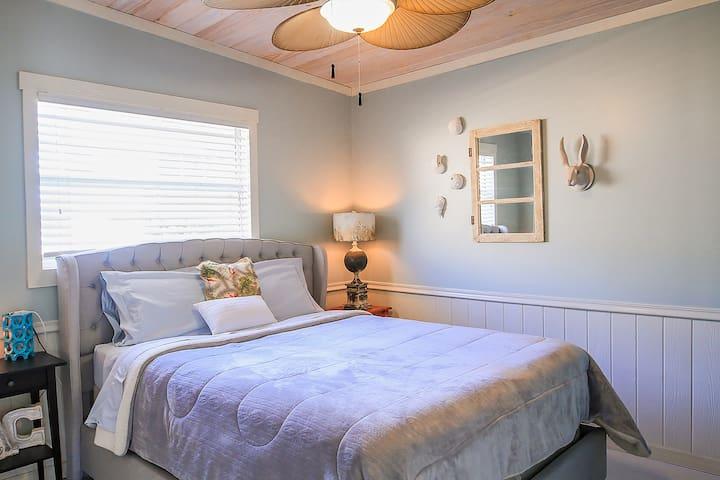 Master bedroom--queen