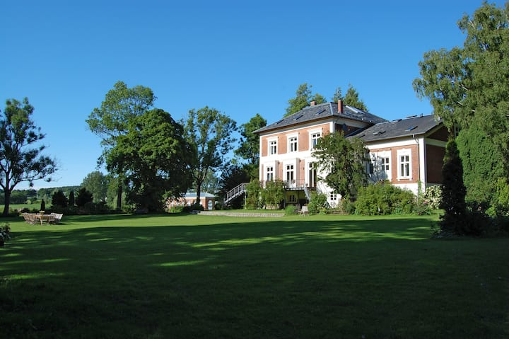 Fine apartment in the Manor House with Rose Park