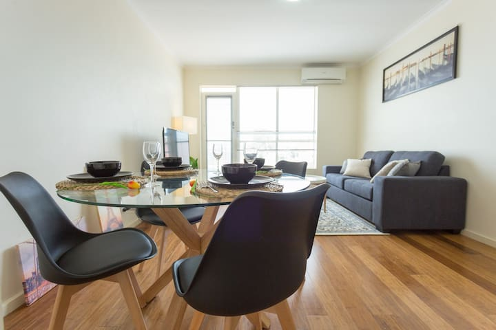 Cool Spacious Seddon 2BR | Wifi & Parking | NEW !