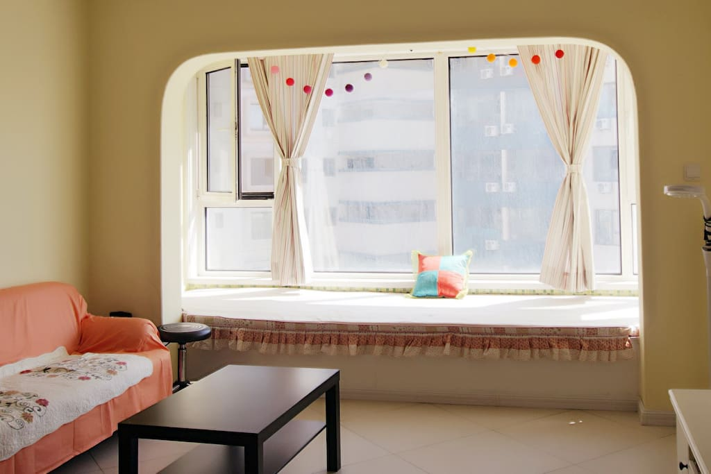 飘窗地台,可睡一个人,可坐在这里看日落 bay window, can accommodate 1 person, good view to sea hill and sunset