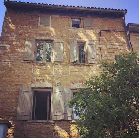 Belle maison en pierres dorées en bord de Saône