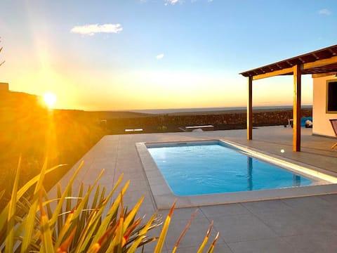 Slap af i stilfuld villa med opvarmet pool og udsigt