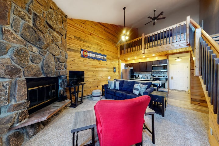 6th-Floor Condo + Loft w/Free WiFi, Fireplace, Shared W/D, Outdoor Pool, Hot Tub