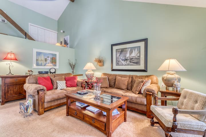 Harbor Cove condo w/ fireplace, shared pool, and back deck - private beach!