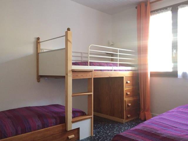La chambre numéro 2 avec 3 lits simples: le lit en hauteur est réservé à un adulte ou un enfant de plus de six ans. The second bedroom with 3 single beds: 2 for kids (lower level) 1 for adult or kid over 6 : upper level.