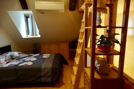 Room with ensuite bathroom in quiet road in Najac. - Najac - Hus
