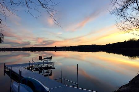 Lake Front, Sleeps 7, WIFI, Kayaks, SUPs, Canoe - 沃托马 (Wautoma) - 独立屋