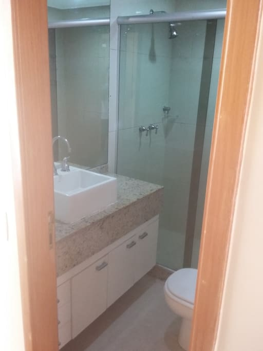 Banheiro no corredor porém reservado aos hospedes.