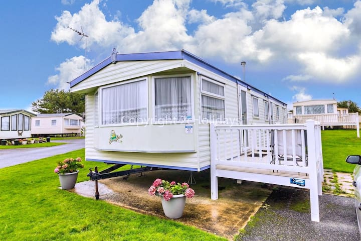 8 berth caravan to hire with decking at Kessingland park, Suffolk ref 90027D