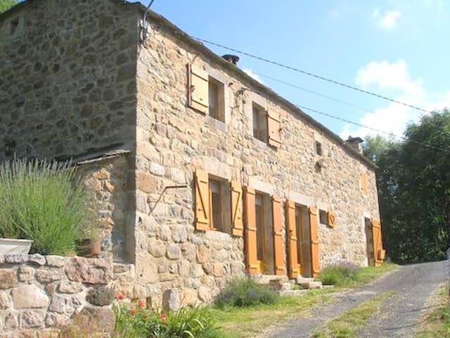 Belle maison Ardéchoise au pied du gerbier de jonc - Saint-Martial - Casa