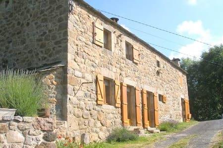Belle maison Ardéchoise au pied du gerbier de jonc - Saint-Martial - ที่พักธรรมชาติ