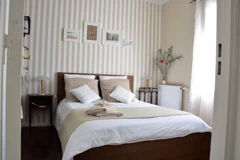 grande chambre indépendante, décoration cosy et soignée.