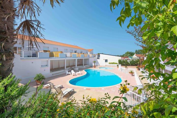 Appartement vue piscine à 350 m de la plage