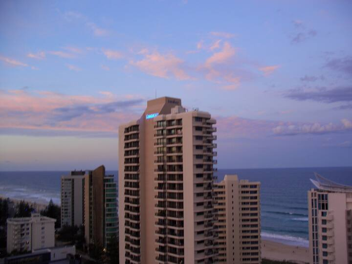 Sunny beachside apartment in surfers parradise!