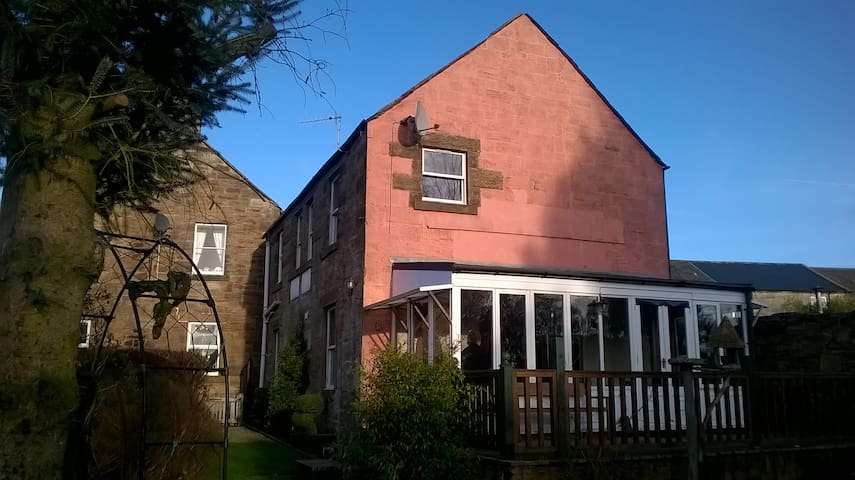 Detached house with private garden, pets welcome - Sanquhar - Hus