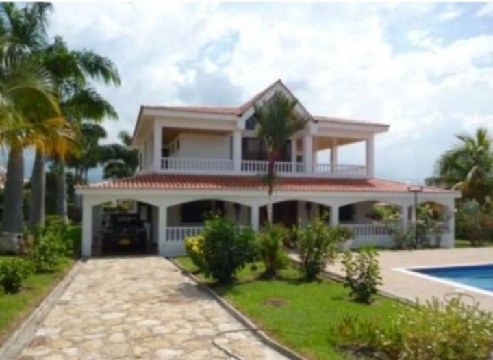 Villa campestre con jardines y piscina PRIVADA