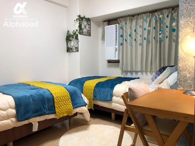 洋室にはシングルベッドを2台設置しています。