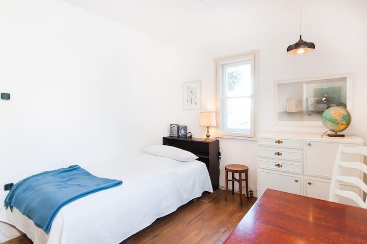 Das schöne, helle Zimmer im ersten Stockwerk ist gut ausgestattet