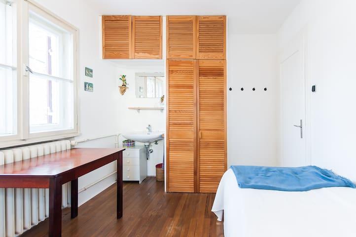 Eigene Waschgelegenheit mit Spiegel und Schrank vorhanden