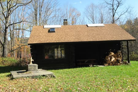 Round Top Retreat, Rustic Cabin - Richford - Cabaña