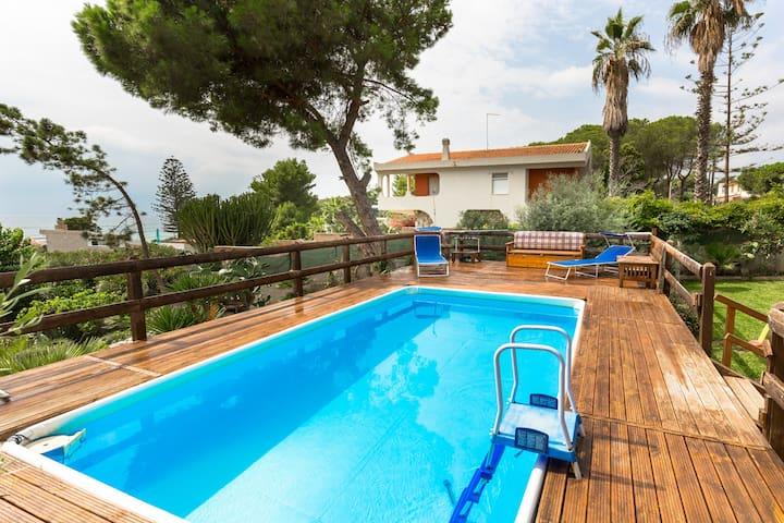Alloggio  in villa con piscina e giochi all'aperto