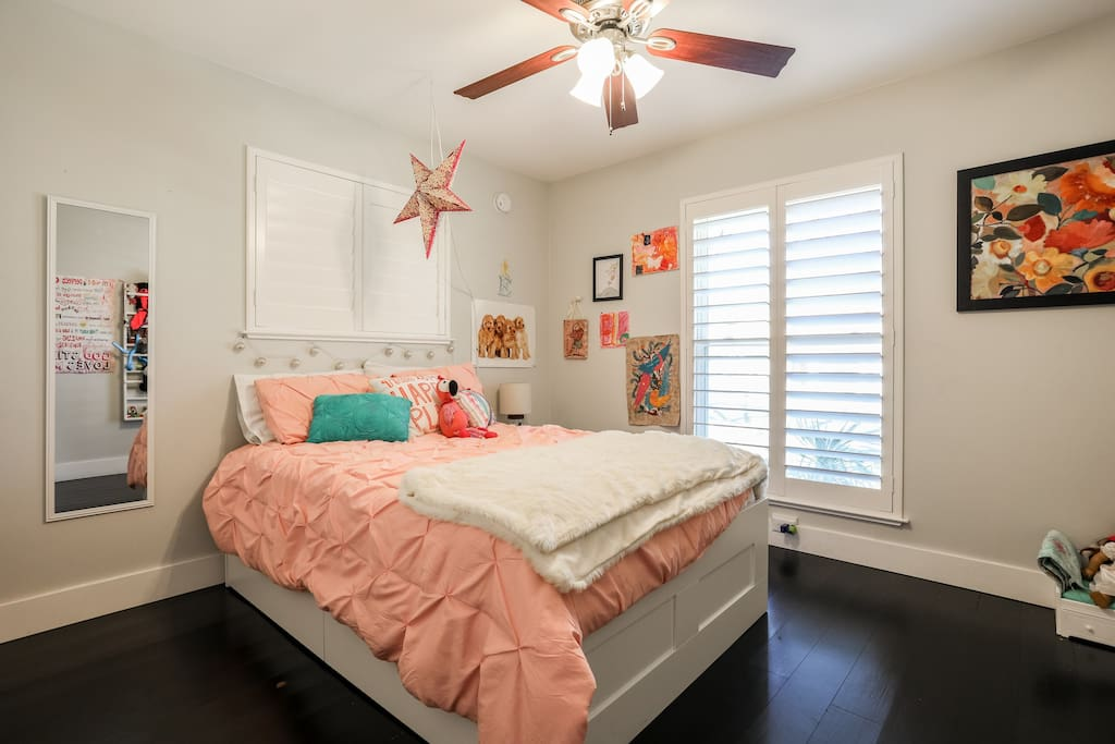 Front bedroom-double bed
