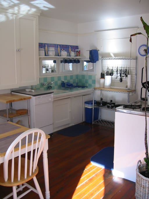 East view: Fully equipped Retro kitchen + Retro Gas stove + Dishwasher.