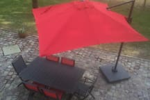 La terrasse en pavés pour prendre un verre par une douce soirée d'été