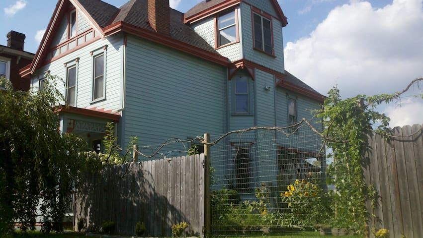 Huge Victorian: Yard, Close to City - Питтсбург - Дом