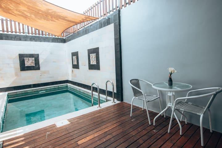 Minimalistic Getaway:Pool+Parking, Kitchen & WiFi!