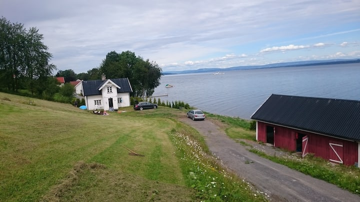 Lovely cabin next to lake Mjøsa with private beach