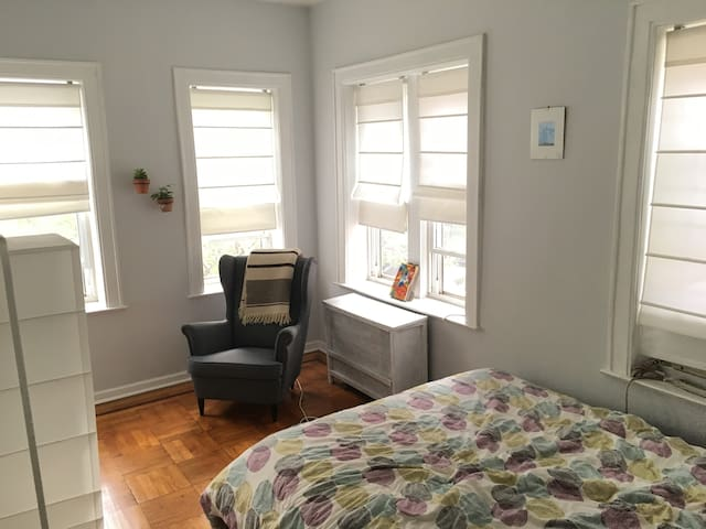 Sunny Room Minutes From Midtown