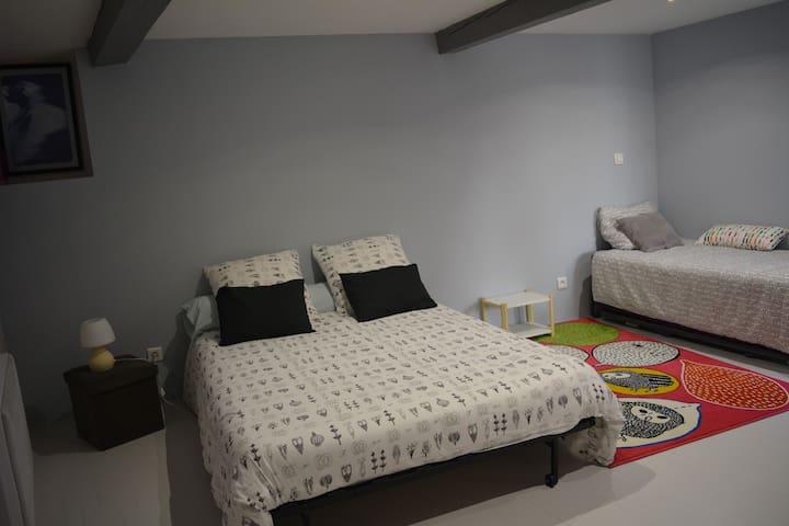 La chambre avec lits gigognes et lit 140x190 Bz trés confortable