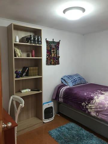 Vitacura, cómoda habitación con 2 camas.