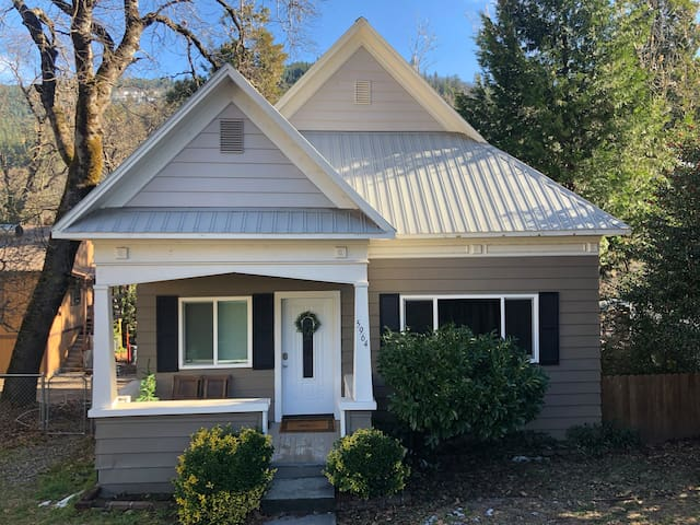 Downtown Dunsmuir Craftsman Cottage- Dog Friendly