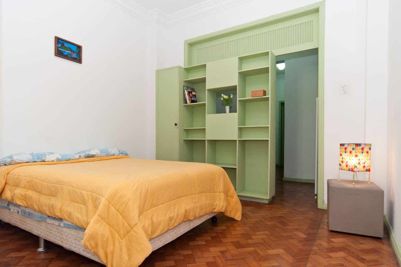 quarto amplo com cama box