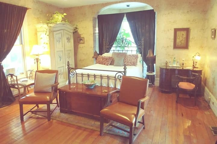 Private suite - walk to the Inn!  Chef & RN hosts