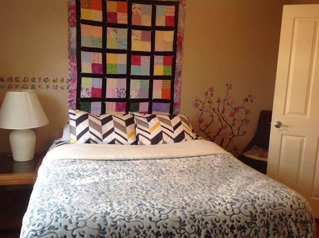 Quiet queen bed/private bath next Intel/Orenco - Hillsboro - House