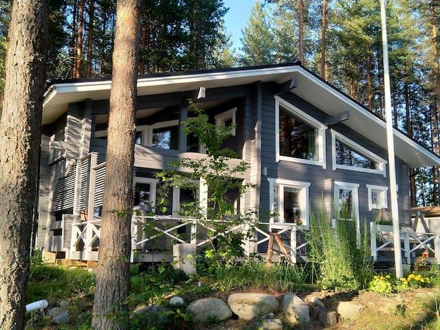 Lakeside cottage next to Linnansaari National Park