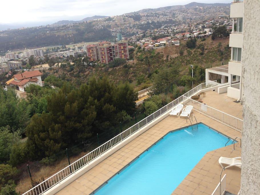 Vista panoramica desde las piscinas y quinchos