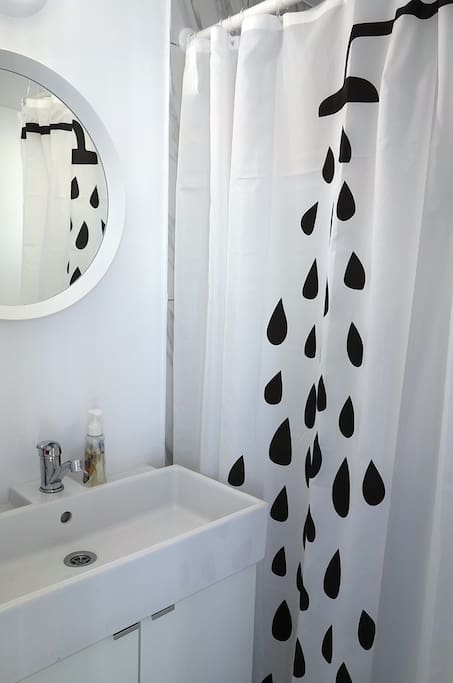 Studio with an elegant and very clean bathroom.