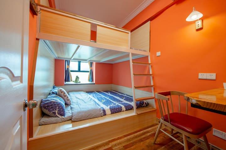 一张高低床:橙色刷漆加上暖调灯光,整个房间都洋溢着温馨。实木坐凳,真皮坐垫,享受品质。