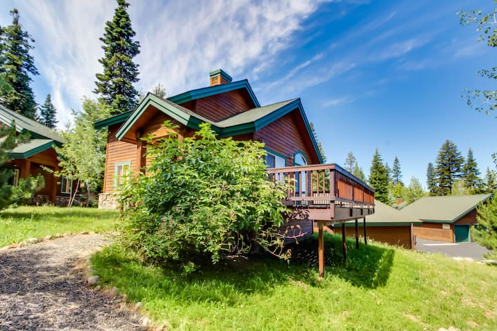 Lovely alpine condo w/ deck and community hot tub, pool, & sauna!