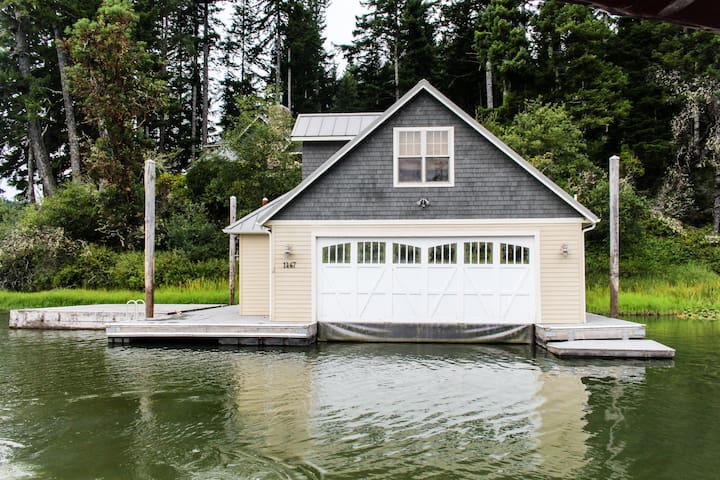 Lakeside home with private dock & boat access - close to Coos Bay