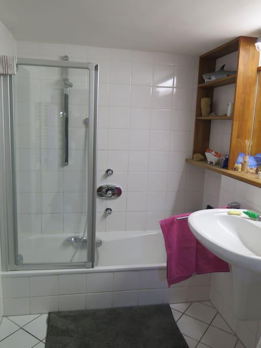 Gemeinsames Bad/Separates WC vorhanden