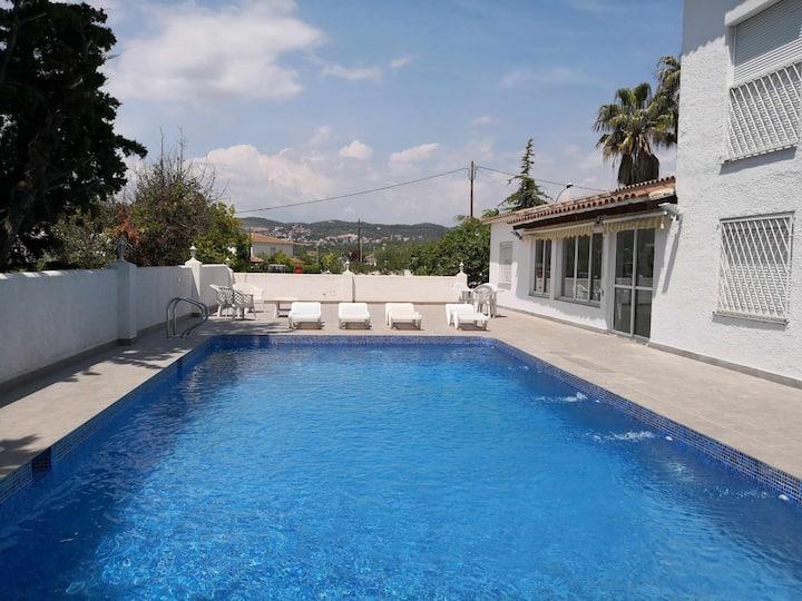 Villa con gran piscina en zona residencial