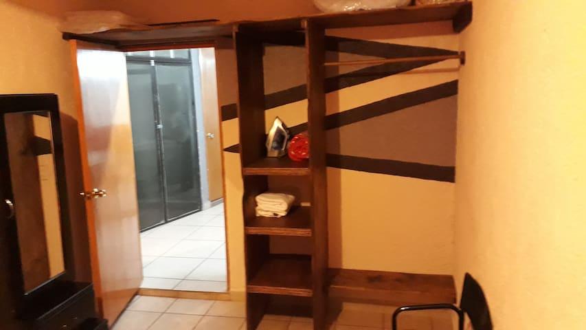 Closet en recamara principal con maletero, zapatera y mueble para accesorios varios.