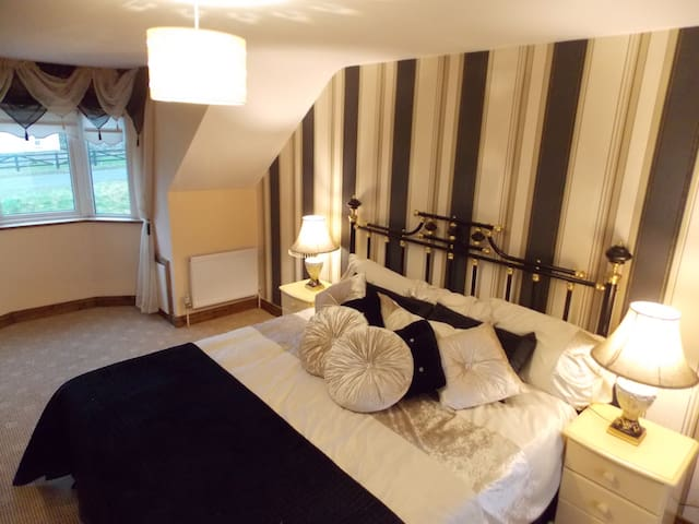 B&B queen bed with ensuite & extra - Mullaghland - Huis