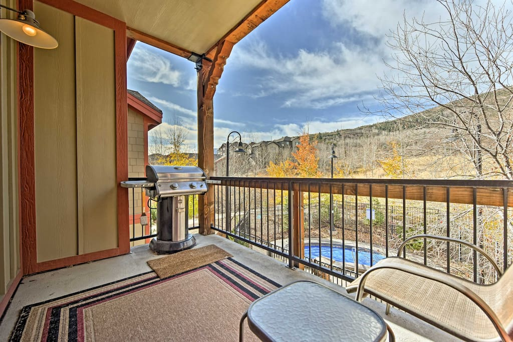 The 3BR, 2-bath condo is just 5 miles away from 3 mountain resorts!