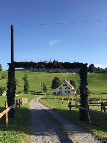 Typisches altes Appenzeller Haus am Wanderweg